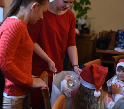 Przedszkolaki ozdabiają choinkę w Urzędzie Miejskim