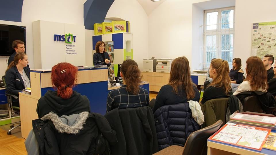 Studenci krakowskiej Akademii Wychowania Fizycznego na zajęciach  w wadowickiej Informacji Turystycznej