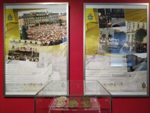 Spotkania z JP2 3 002 300x225 - Muzealna ekspozycja na papieski jubileusz